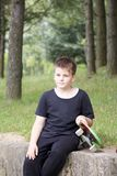 有滑板的一个少年 在手上拿着一只冰鞋 图库摄影