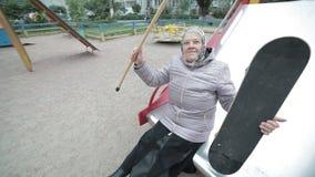 有滑板的一个老妇人 股票视频