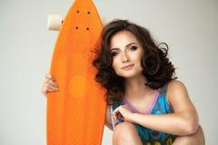 有滑板的女孩 免版税库存照片
