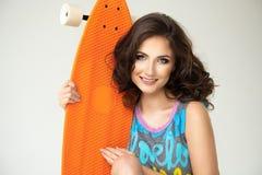 有滑板的女孩 图库摄影