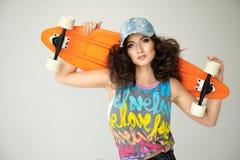有滑板的女孩 免版税图库摄影