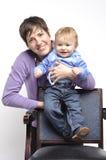 有滑稽的婴孩的微笑的母亲 图库摄影