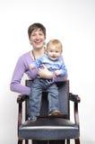 有滑稽的婴孩的微笑的母亲 免版税库存图片