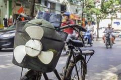 有滑稽的推进器的自行车在河内,越南 库存图片