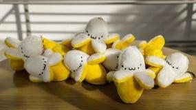 有滑稽的面孔的逗人喜爱的微小的被充塞的香蕉Keychain/软的玩具 库存图片