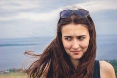 有滑稽的面孔表示的妇女 免版税库存照片