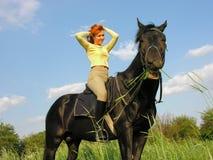 有滑稽的马的快乐的妇女 免版税库存图片