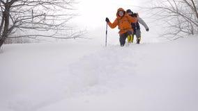 有滑雪杆的冬天徒步旅行者有旅行本质上与远足设备的 影视素材