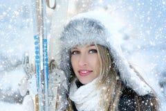有滑雪的可爱的妇女 免版税库存照片
