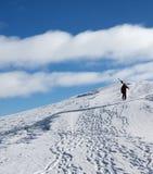 有滑雪的滑雪者上升至多雪的山上面  库存图片