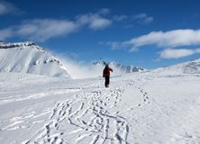 有滑雪的滑雪者上升至山上面  免版税库存照片