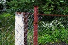 有滤网的生锈的金属篱芭 库存照片