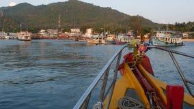 有漂浮往潜水的手段港口的宗教护身符的明亮的小船在Ko陶海岛上的在泰国 股票录像