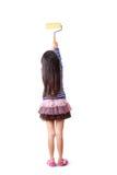 有漆滚筒的小女孩画家 库存图片