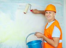 有漆滚筒的房屋油漆工 免版税库存图片