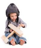 有演奏玩具飞机的试验帽子的小男孩 免版税库存照片