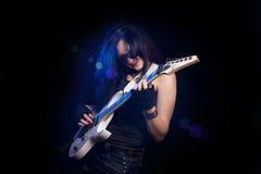 有演奏硬岩的吉他的方式女孩 库存照片