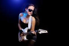 有演奏硬岩的吉他的方式女孩 图库摄影