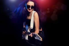 有演奏硬岩的吉他的方式女孩 免版税图库摄影