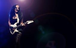 有演奏硬岩的吉他的方式女孩 库存图片