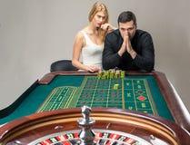 有演奏轮盘赌的妇女的人在赌博娱乐场 库存图片