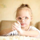 有演奏面粉的唐氏综合症的女孩 免版税图库摄影