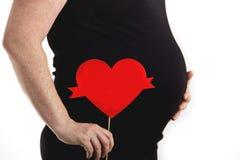 有演说序幕心脏的怀孕的腹部 免版税库存图片