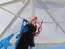 有潜水的玻璃的白色海滩遮阳伞伞在异乎寻常的假期时 图库摄影