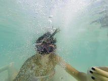有潜航的面具的女孩做泡影 图库摄影