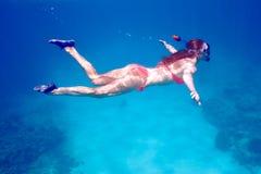 有潜航的面具的妇女 免版税库存照片