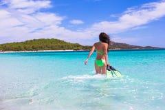 有潜航的齿轮的少妇在热带海滩 图库摄影