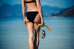 有潜航的齿轮的性感的少妇在海滩 库存照片