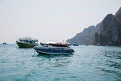 有潜水在发埃发埃海岛,泰国的游人的小船 库存图片