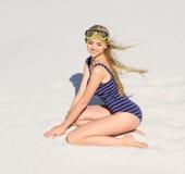 有潜水面具的女孩在海滩 免版税库存图片