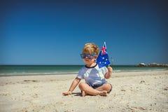 有澳大利亚旗子的逗人喜爱的男孩在澳大利亚天 免版税图库摄影