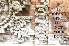 有激动人心的行情的模糊的古老墙壁-,如果它开放doesn的` t,它` s没有您的门 免版税库存照片