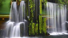 有瀑布的中国禅宗庭院 免版税图库摄影