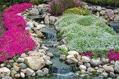 有瀑布的假山花园 图库摄影