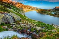 有瀑布的在Retezat山,特兰西瓦尼亚,罗马尼亚惊人的alpne湖 免版税图库摄影