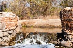 有瀑布的小水坝 免版税库存照片