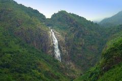 有瀑布的山森林 库存照片