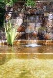 有瀑布的庭院池塘 库存照片