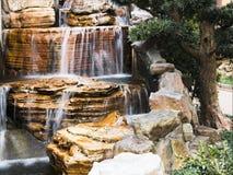 有瀑布的日本庭院 免版税库存照片