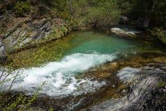 有瀑布的河在奥林匹斯山,北希腊 图库摄影
