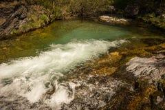 有瀑布的河在奥林匹斯山,北希腊 免版税库存图片