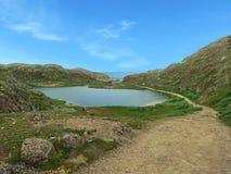 有瀑布的湖 库存图片