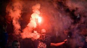 有火光的橄榄球支持者 库存图片