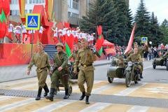有火器和摩托车骑士的战士 胜利天游行,俄罗斯 库存照片