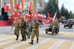 有火器和摩托车骑士的战士 胜利天游行,俄罗斯 免版税库存照片