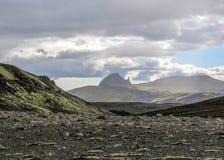 有火山的,峡谷,冰河河,高地沙漠和恶劣的植被剧烈的冰岛地形,在Laugavegur足迹 图库摄影